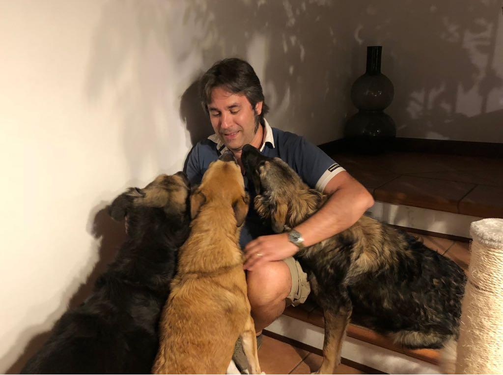 Stefano con tutti e tre i cani