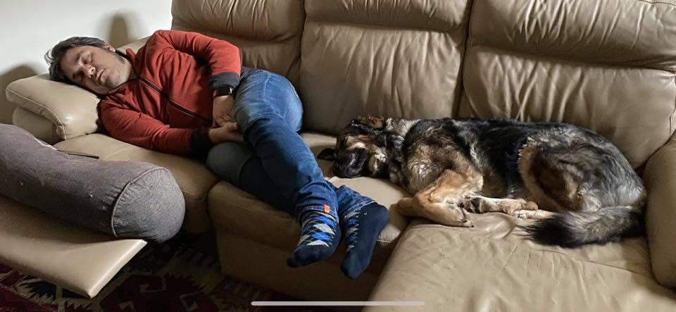 Stefano e Concetta dormono insieme sul divano